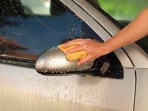 καθαρίζοντας καθρέφτης αυτοκινήτων Στοκ Εικόνα