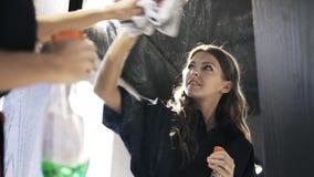 Καθαρίζοντας καθρέφτης γυναικών σε ένα κατάστημα απόθεμα βίντεο