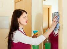 Καθαρίζοντας καθρέφτης κοριτσιών Brunette Στοκ φωτογραφία με δικαίωμα ελεύθερης χρήσης