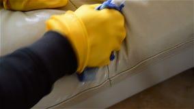 Καθαρίζοντας καναπές με την υγρή μπλε πετσέτα απόθεμα βίντεο