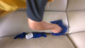 Καθαρίζοντας καναπές με το σφουγγάρι και το ύφασμα απόθεμα βίντεο