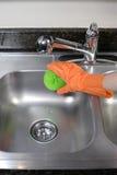 καθαρίζοντας καταβόθρα κουζινών Στοκ Φωτογραφίες