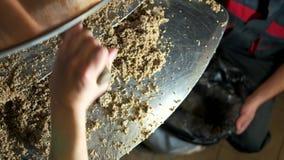 Καθαρίζοντας κατσαρόλα ζυθοποιών στο ζυθοποιείο απόθεμα βίντεο
