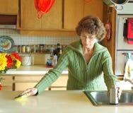 καθαρίζοντας κουζίνα Στοκ εικόνες με δικαίωμα ελεύθερης χρήσης