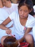 Καθαρίζοντας κρανίο κοριτσιών Στοκ φωτογραφία με δικαίωμα ελεύθερης χρήσης