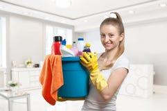 Καθαρίζοντας κυρία με τον κάδο του καθαρισμού των προμηθειών Στοκ εικόνες με δικαίωμα ελεύθερης χρήσης