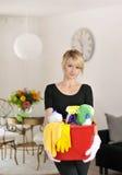 Καθαρίζοντας κυρία με τον καθαρισμό των προμηθειών Στοκ φωτογραφία με δικαίωμα ελεύθερης χρήσης