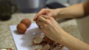 Καθαρίζοντας μαγειρευμένο αυγό απόθεμα βίντεο
