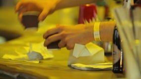 Καθαρίζοντας μετρητής φραγμών Busboy για τους επισκέπτες στο νυχτερινό κέντρο διασκέδασης, bartender στην εργασία απόθεμα βίντεο