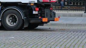 Καθαρίζοντας μηχανή για το περίττωμα αλόγων στην παλαιά χρησιμότητα οδών πόλεων απόθεμα βίντεο