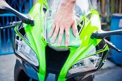 Καθαρίζοντας μοτοσικλέτα Στοκ Φωτογραφίες