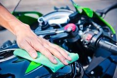 Καθαρίζοντας μοτοσικλέτα Στοκ Εικόνες