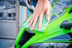 Καθαρίζοντας μοτοσικλέτα Στοκ Φωτογραφία