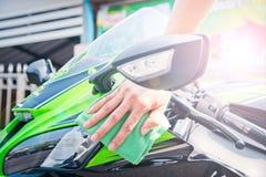 Καθαρίζοντας μοτοσικλέτα Στοκ φωτογραφίες με δικαίωμα ελεύθερης χρήσης