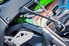 Καθαρίζοντας μοτοσικλέτα Στοκ Εικόνα