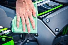 Καθαρίζοντας μοτοσικλέτα Στοκ εικόνες με δικαίωμα ελεύθερης χρήσης