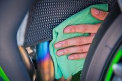 Καθαρίζοντας μοτοσικλέτα Στοκ φωτογραφία με δικαίωμα ελεύθερης χρήσης