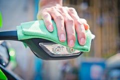 Καθαρίζοντας μοτοσικλέτα Στοκ εικόνα με δικαίωμα ελεύθερης χρήσης