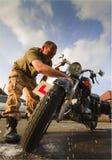 καθαρίζοντας μοτοσικλέ Στοκ Εικόνα