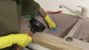 Καθαρίζοντας νεροχύτης κουζινών νοικοκυρών γυναικών απόθεμα βίντεο