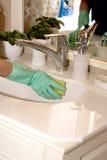 Καθαρίζοντας νεροχύτης λουτρών Στοκ εικόνα με δικαίωμα ελεύθερης χρήσης
