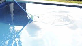 Καθαρίζοντας νερό πισινών με τη σέσουλα φιλμ μικρού μήκους