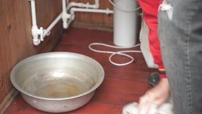 Καθαρίζοντας πάτωμα ατόμων μετά από τη διαρροή υδροσωλήνων απόθεμα βίντεο