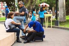 Καθαρίζοντας παπούτσια σε Miraflores, Λίμα, Περού Στοκ Φωτογραφίες