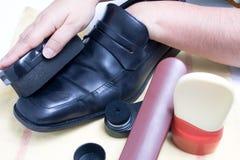 καθαρίζοντας παπούτσια Στοκ φωτογραφία με δικαίωμα ελεύθερης χρήσης