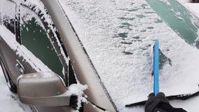 Καθαρίζοντας παράθυρα αυτοκινήτων Στοκ φωτογραφία με δικαίωμα ελεύθερης χρήσης