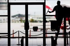καθαρίζοντας παράθυρο επιφάνειας γυαλιού εστίασης στοκ εικόνα με δικαίωμα ελεύθερης χρήσης