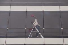 καθαρίζοντας παράθυρο επιφάνειας γυαλιού εστίασης στοκ εικόνες με δικαίωμα ελεύθερης χρήσης