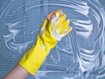 καθαρίζοντας παράθυρο Στοκ εικόνα με δικαίωμα ελεύθερης χρήσης