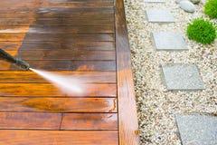 Καθαρίζοντας πεζούλι με ένα πλυντήριο δύναμης Στοκ εικόνα με δικαίωμα ελεύθερης χρήσης
