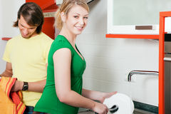καθαρίζοντας πιάτα Στοκ φωτογραφία με δικαίωμα ελεύθερης χρήσης