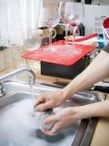 καθαρίζοντας πιάτα Στοκ εικόνα με δικαίωμα ελεύθερης χρήσης