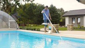 Καθαρίζοντας πισίνα ατόμων με τον κενό καθαριστή σωλήνων νωρίς το πρωί φιλμ μικρού μήκους