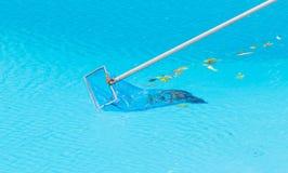 Καθαρίζοντας πισίνα Στοκ Φωτογραφίες