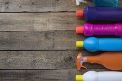 Καθαρίζοντας προϊόν σπιτιών στον ξύλινο πίνακα Στοκ Φωτογραφία