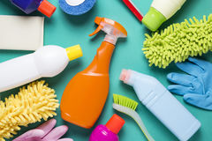 Καθαρίζοντας προϊόν σπιτιών στο ζωηρόχρωμο υπόβαθρο Στοκ Εικόνες