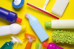 Καθαρίζοντας προϊόν σπιτιών στο ζωηρόχρωμο υπόβαθρο Στοκ εικόνες με δικαίωμα ελεύθερης χρήσης