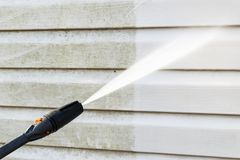 Καθαρίζοντας πρόσοψη οικοδόμησης πλύσης υπηρεσιών με το νερό πίεσης Καθαρισμός βρώμικου τοίχος με την υψηλή προβολή ύδατος Πλύσιμ στοκ φωτογραφία με δικαίωμα ελεύθερης χρήσης