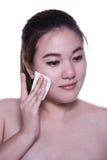 Καθαρίζοντας πρόσωπο γυναικών στοκ εικόνα