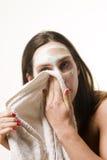 καθαρίζοντας πρόσωπο Στοκ φωτογραφία με δικαίωμα ελεύθερης χρήσης