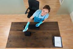 Καθαρίζοντας πληκτρολόγιο γυναικών στο γραφείο Στοκ εικόνα με δικαίωμα ελεύθερης χρήσης