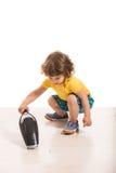 Καθαρίζοντας σπίτι αγοριών μικρών παιδιών Στοκ Φωτογραφίες