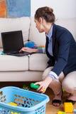 Καθαρίζοντας σπίτι μητέρων πριν από την εργασία Στοκ Εικόνες