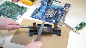 Καθαρίζοντας συγκολλώντας σίδηρος χεριών φιλμ μικρού μήκους