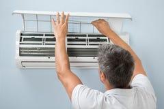 Καθαρίζοντας σύστημα κλιματισμού ατόμων στοκ φωτογραφίες με δικαίωμα ελεύθερης χρήσης
