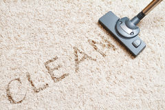 Καθαρίζοντας τάπητας hoover στοκ εικόνα με δικαίωμα ελεύθερης χρήσης